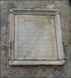 Ossuaire à l'entrée de l'église Saint Félix