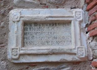 Chapelle de Tanya, le tombeau de Bernard Garriga, personnage important de Laroque au XIIIème siècle